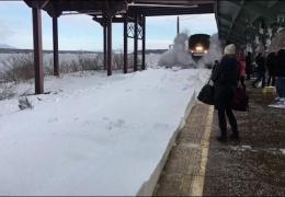 в США скоростной поезд завалил снегом пассажиров на перроне