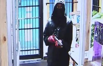 Преступник на свою беду решил ограбить магазин, в котором работала мама и дочь