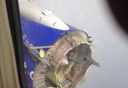 На пассажирском самолета взорвался двигатель прямо во время полета
