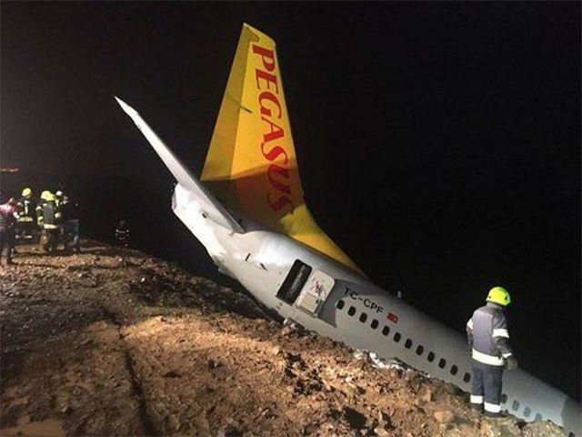 В Турции пассажирский самолет едва не съехал в Черное море со склона