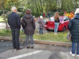 Девушка на красной машинке перепутала педальки и залетела на детскую площадку