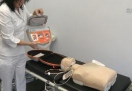 Работников торговых центров и школьников Нарвы обучили работе с автоматическим дефибриллятором