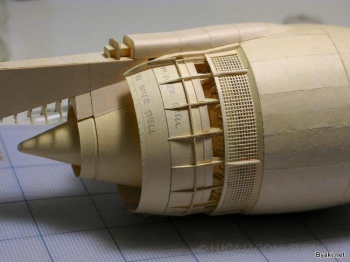 Энтузиаст строит самолет из бумаги на протяжении 9 лет