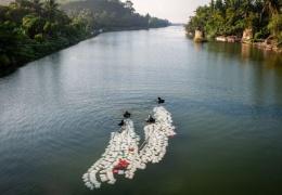 Бабушки, которые плавают по 3 км с 200 канистрами за спиной, чтобы набрать чистой воды