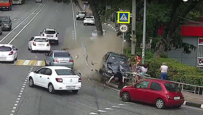 В Сочи автомобиль сбил шестерых пешеходов на тротуаре. Видео