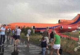 В Уфе самолет выкатился за пределы ВПП: пассажиры рассказали о панике на борту