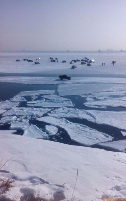 В Хабаровском крае оторвало льдину с 32 рыбаками и 29 автомобилями