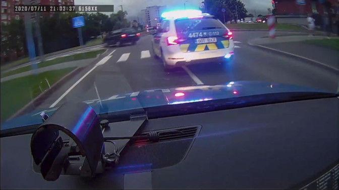 В Нарве пытавшийся скрыться от погони полиции 23-летний водитель выпрыгнул из машины на ходу