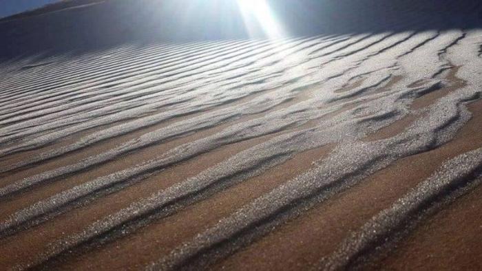 Снег на песках Cахары смотрится нереально