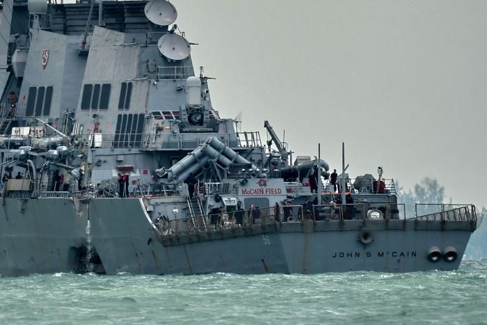 Американский эсминец сильно поврежден после столкновения с танкером, 10 моряков пропали