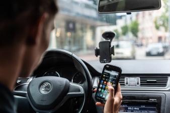 Исследование: 68% водителей пользуются за рулем телефоном