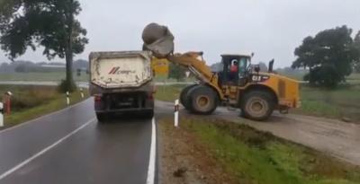 Погрузка огромного камня на грузовик