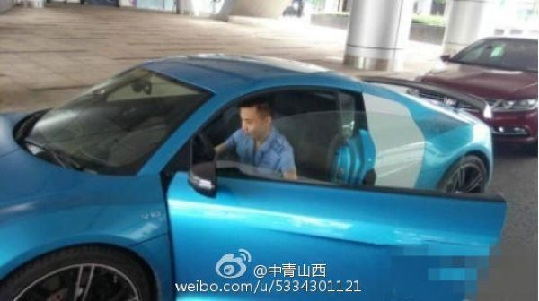 Китайский водитель автобуса добирается до работы на одном из личных суперкаров
