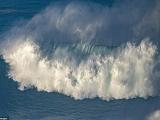 В Португалию съехались экстремальные серферы: погода располагает