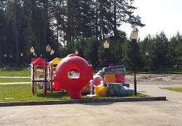 Во время строительства детской площадки в Калужской области случился конфуз
