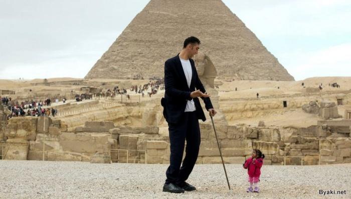 В Каире произошла встреча самого высокого мужчины и самой маленькой женщины
