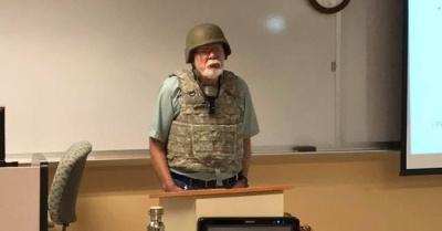 Профессор надел каску и бронежилет, протестуя против разрешения студентам приходить с оружием