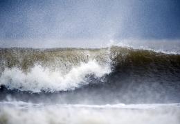 Вблизи острова Сааремаа во время шторма в беду попала яхта: люди спасены