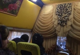 Омский водитель превратил маршрутку в юрту на колесах