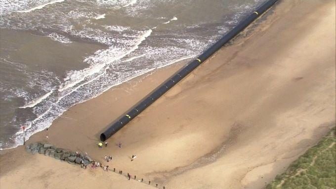 На британское побережье вынесло гигантские пластиковые трубы