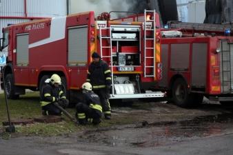 Спасатели всю ночь тушили масляный резервуар на территории VKG в Кохтла-Ярве
