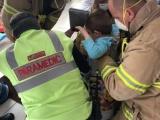 Веселая спасательная операция: четырехлетний мальчик застрял в жестяной банке