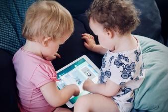 Исследование: каждый пятый ребенок до трех лет в Эстонии ежедневно пользуется смартфоном