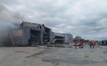 Спасатели локализовали пожар в ангаре с химикатами в волости Раэ
