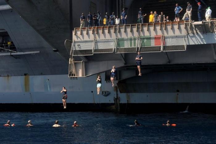 Американские матросы и морпехи отдыхают в открытом море