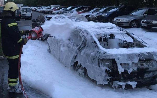 В Нарве ночью загорелся автомобиль