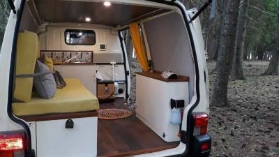 Продуманный дом на колесах из старенького Volkswagen Transporter в экономичном исполнении