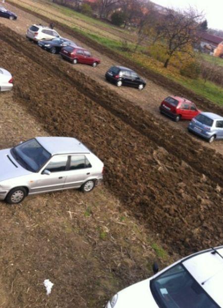 Хорватский фермер распахал землю на самовольной стоянке, заблокировав около 50 машин