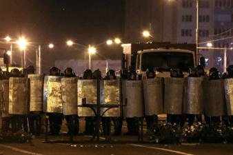 Демонстранты в Минске вышли к оцеплению у дворца Лукашенко. В центр города стянуты колонны спецтехники и автобусы с силовиками