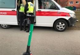 В Нарве женщина на электросамокате попала под машину