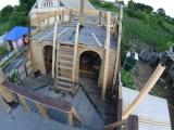 Мужик строит на дачном участке масштабную модель галеона