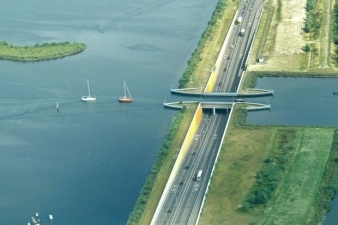 В Голландии построили водный мост, который ломает все законы физики