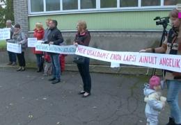 Родители детей эстонского детсада Нарвы устроили пикет против назначения нового директора