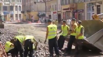 Дружно работают польские дорожники