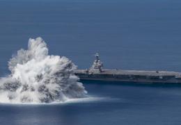 Американцы взорвали бомбу рядом со своим атомным авианосцем.