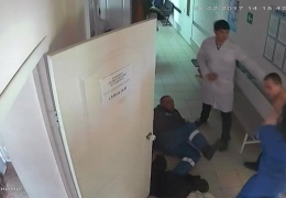 пьяный мужчина избил в больнице фельдшера и медсестру