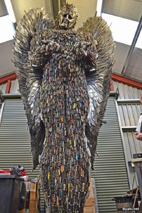 Скульптура ангела из сотни тысяч конфискованных ножей