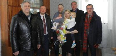 Власти Нарвы и Ивангорода поздравили родителей первой в 2018 году новорожденной нарвитянки
