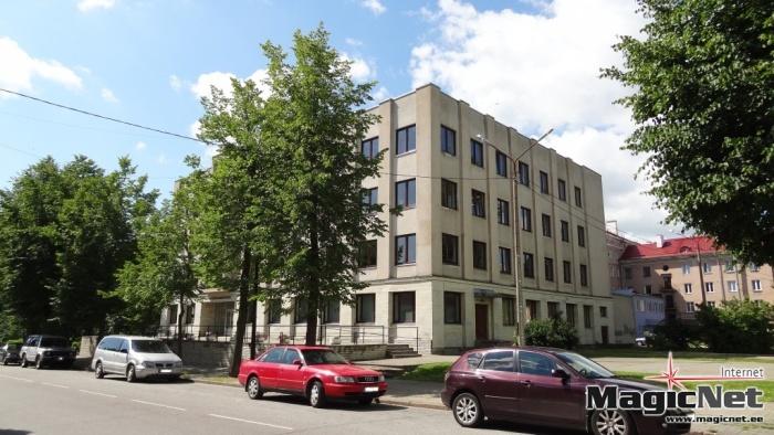 В Нарве хотят запретить автомобилям парковаться перед библиотекой