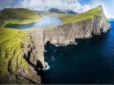 На краю обрыва: красивое озеро, которое стекает прямо в океан