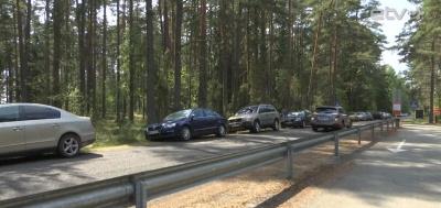 Автомобили отдыхающих блокируют узкие дороги вдоль Чудского озера