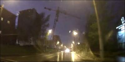 В Красноярске из-за сильного ветра рухнул башенный кран