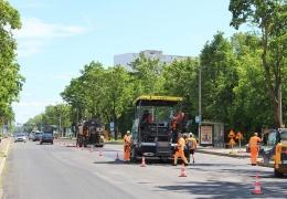 Укладка верхнего слоя асфальтового покрытия на Таллиннском шоссе