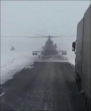 Военный вертолет приземлился на шоссе спросить дорогу