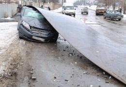 3 тонный лист проката накрыл автомобиль Honda (11 фото)