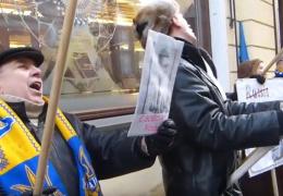 В День независимости Эстонии у Посольства РФ в Таллине произошла потасовка